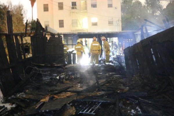 Fire at Fairfax Avenue carport. (Photo ANG.News, Jim Garrecht)