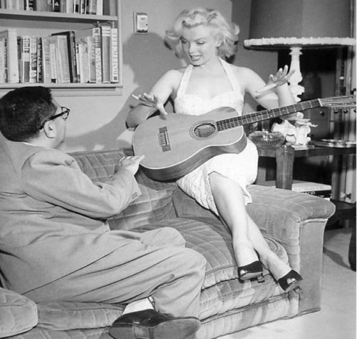 New York Post writer and Hollywood columnist Sidney Skolsky interviews Marilyn Monroe in July 1953 in her apartment at 882 North Doheny Dr., West Hollywood. Skolsky championed Monroe and was a close friend. (Photo by Bob Beerman)