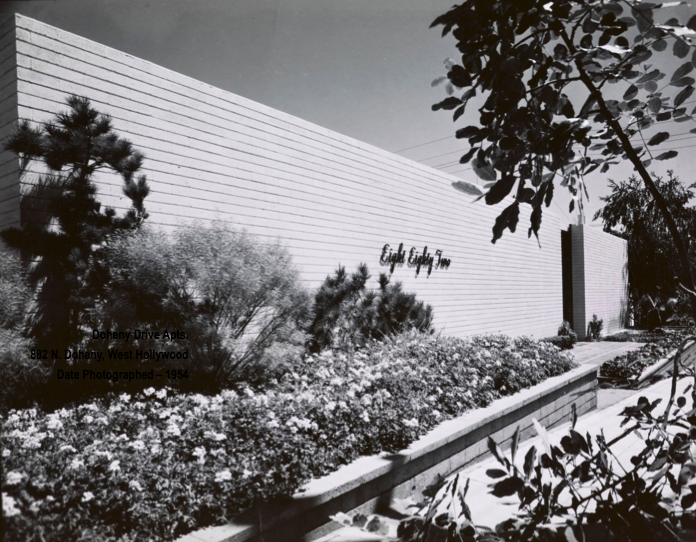 882 N. Doheny Dr. photographed by Julius Shulman in 1954. (© J. Paul Getty Trust. Getty Research Institute, Los Angeles 2004.R.10)